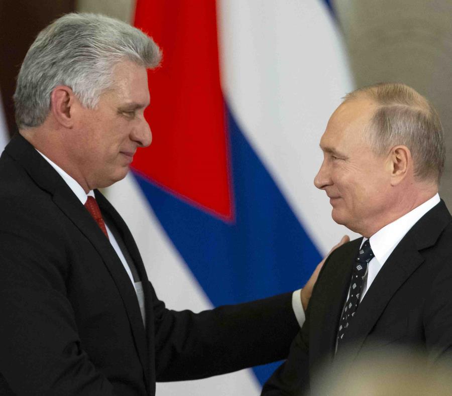 El presidente cubano, Miguel Díaz-Canel, saluda al presidente ruso, Vladimir Putin. (AP / Alexander Zemlianichenko) (semisquare-x3)