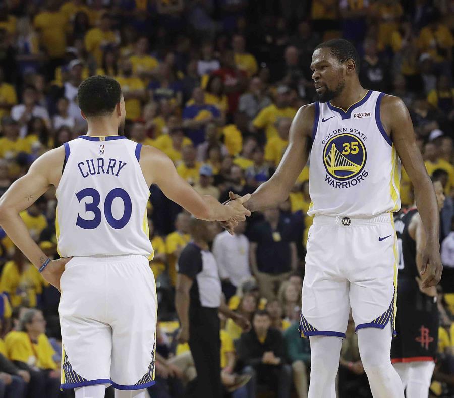 Stephen Curry (30) y Kevin Durant se saludan durante el primer juego de la serie de la segunda ronda de los playoffs de la NBA ante los Rockets de Houston. (AP Foto/Jeff Chiu) (semisquare-x3)