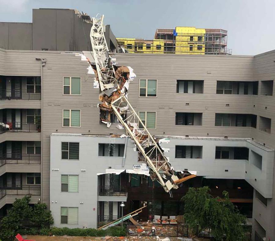 Esta foto provista por Michael Santana muestra la escena después de que una grúa se derrumbó en los apartamentos Elan City Lights en Dallas en medio de severas tormentas eléctricas el domingo, 9 de junio de 2019. (Michael Santana vía AP) (semisquare-x3)