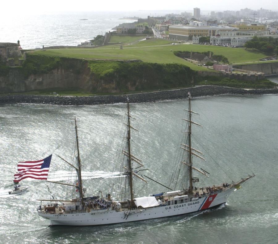 Imagen de una pasada visita del buque escuela de la Guardia Costera a la isla. (GFR Media) (semisquare-x3)