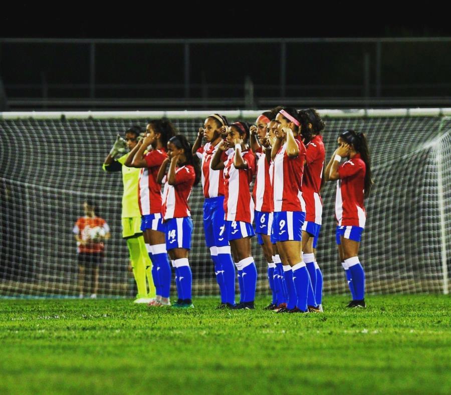 Las jugadoras de Puerto Rico al momento de realizar su protesta antes del amistoso del sábado contra Argentina. (Twitter.com / Nicole Rodríguez) (semisquare-x3)
