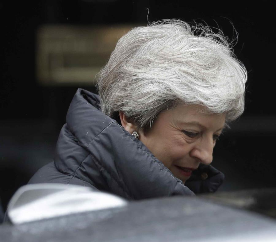 La primera ministra británica, Theresa May, sale del 10 de Downing Street en Londres para asistir a una sesión de preguntas al primer ministro en el Parlamento británico, el miércoles 8 de mayo de 2019. (AP / Matt Dunham) (semisquare-x3)