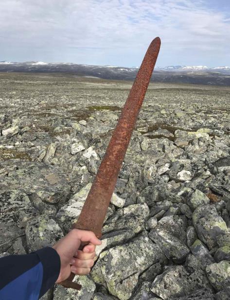 La espada vikinga hallada por Einar Ambakk mientras estaba de cacería con otra persona en Lesja, sur de Noruega. (vertical-x1)