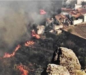 El gran incendio en la isla española de Gran Canaria comienza a remitir