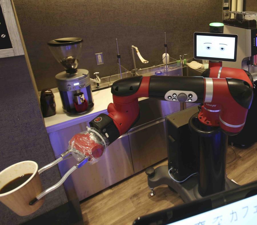 El barista robotizado muele los granos de café, llena un filtro y vierte agua caliente en un vaso de papel para hasta cinco personas al mismo tiempo.  (AP) (semisquare-x3)