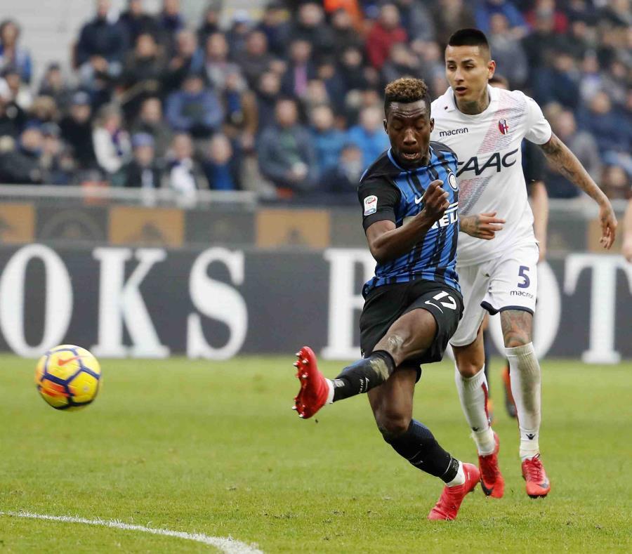 El adolescente marfileño Yann Karamoh anota el segundo gol del Inter de Milan en el duelo por la Serie A frente al Boloña. (AP / Antonio Calanni) (semisquare-x3)