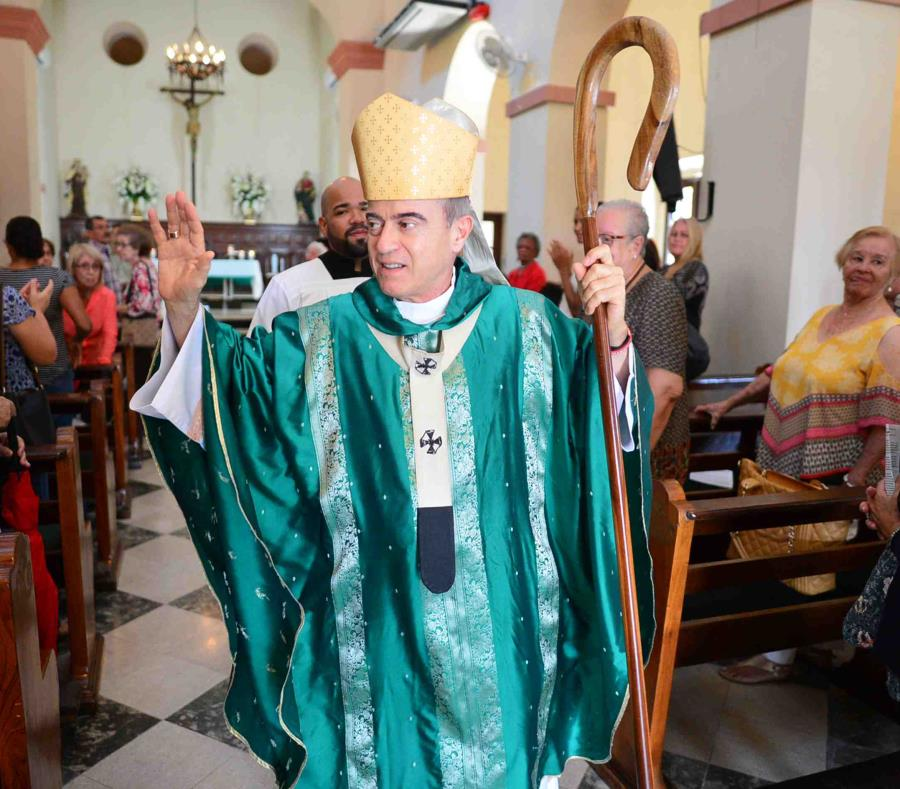El arzobispo Roberto González Nieves realizó ayer, domingo, una misa en la Parroquia San Mateo de Santurce, cuyas cuentas bancarias fueron embargadas. (semisquare-x3)