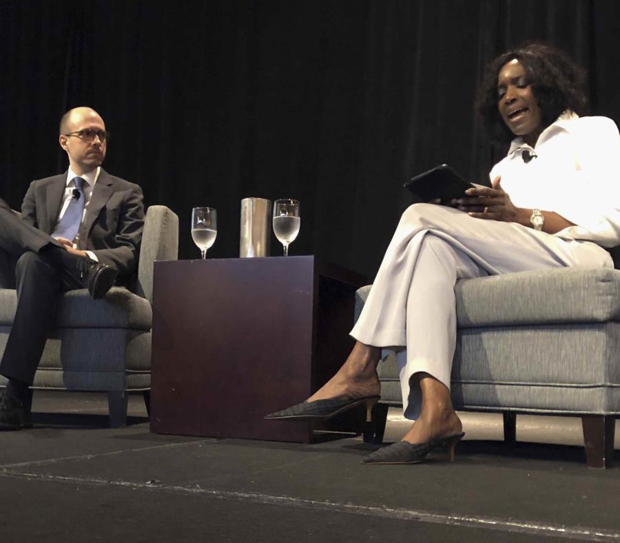 El editor del New York Times, A.G. Sulzberger, izquierda, y Nancy Ancrum, editora de la página editorial del Miami Herald, en la conferencia de directores editoriales de Associated Press en Austin, Texas, el martes 11 de septiembre de 2018 (semisquare-x3)