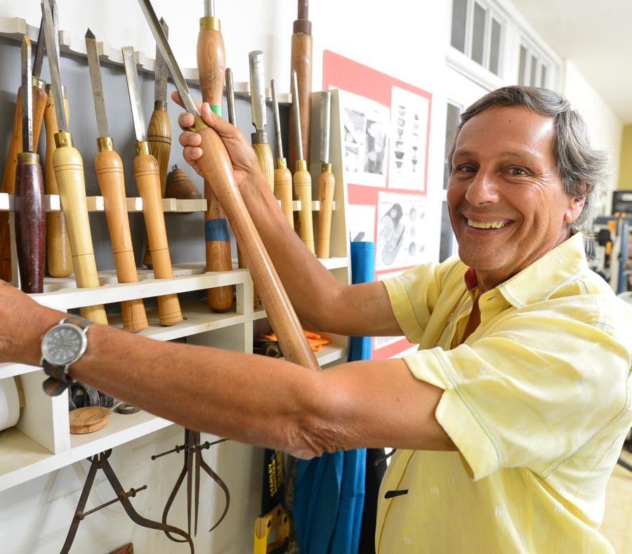 Ángel Colón Medina elaboró 39 bates de béisbol con pedazos de árboles nativos tumbados por el huracán María. (semisquare-x3)