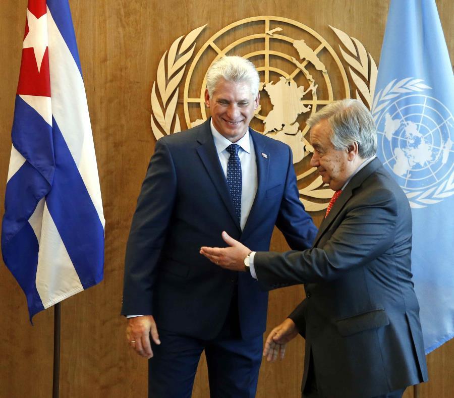 El presidente cubano Miguel Díaz-Canel Bermúdez conversa con el secretario general de la ONU, Antonio Guterres. (AP / Jason DeCrow) (semisquare-x3)