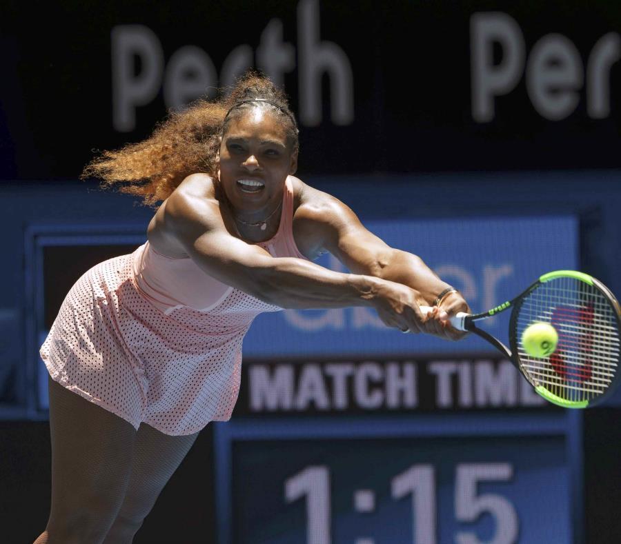 La tenista estadounidense Serena Williams devuelve una pelota durante su partido contra la británica Katie Boulter en la Copa Hopman, en Perth, Australia, el 3 de enero de 2019 (semisquare-x3)