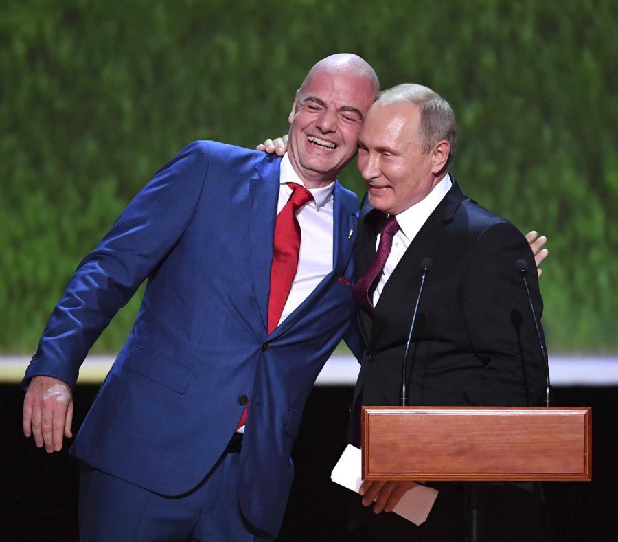 Gianni Infantino, presidente de la FIFA, y  Vladimir Putin, presidente de Rusia, se abrazan durante la gala de clausura del Mundial. (AP) (semisquare-x3)