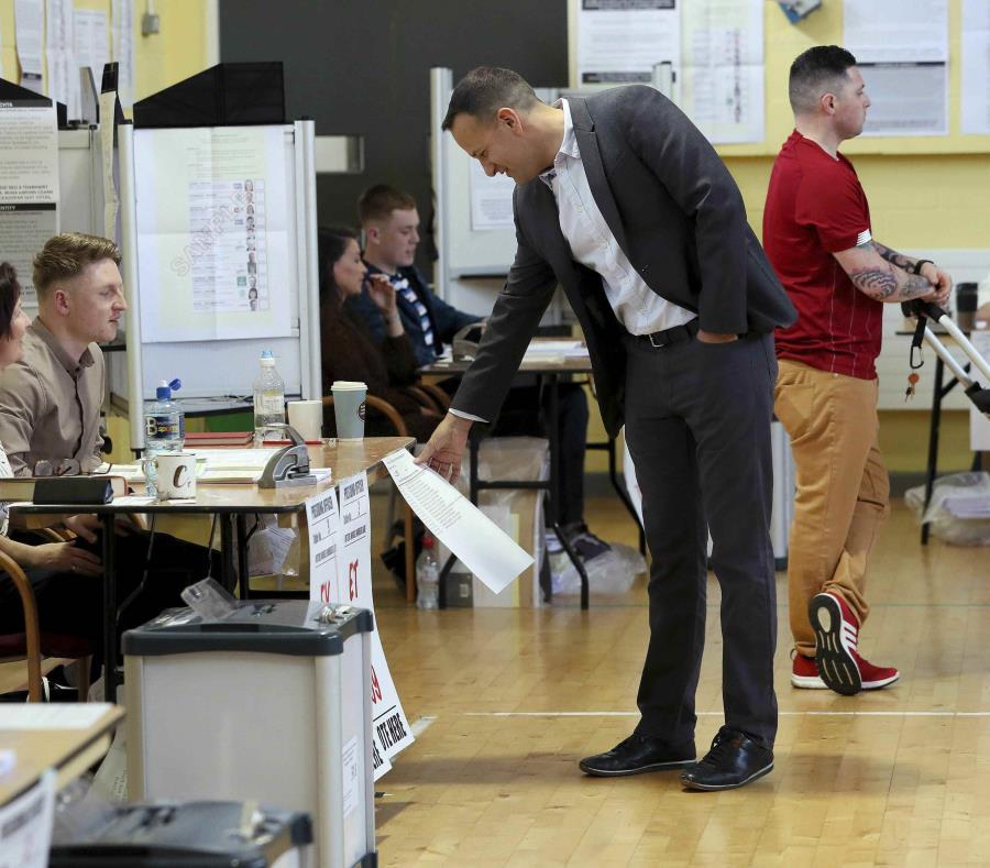 El primer ministro de Irlanda, Leo Varadkar, vota en uno de los comicios.  (Brian Lawless/PA via AP) (semisquare-x3)