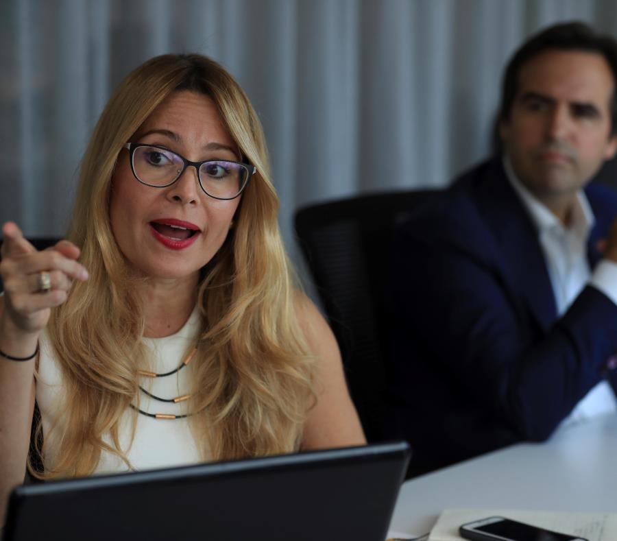 Ella Woger Nieves, gerente de operaciones de Invest PR, junto a Ricardo Álvarez Díaz, miembro de la junta de la entidad. (semisquare-x3)