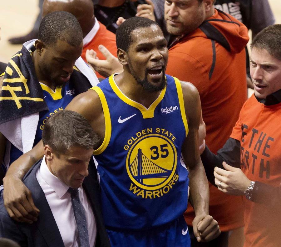 Kevin Durant, alero de los Warriors de Golden State, es ayudado a salir de la cancha tras lesionarse durante el quinto partido de la Final de la NBA (semisquare-x3)