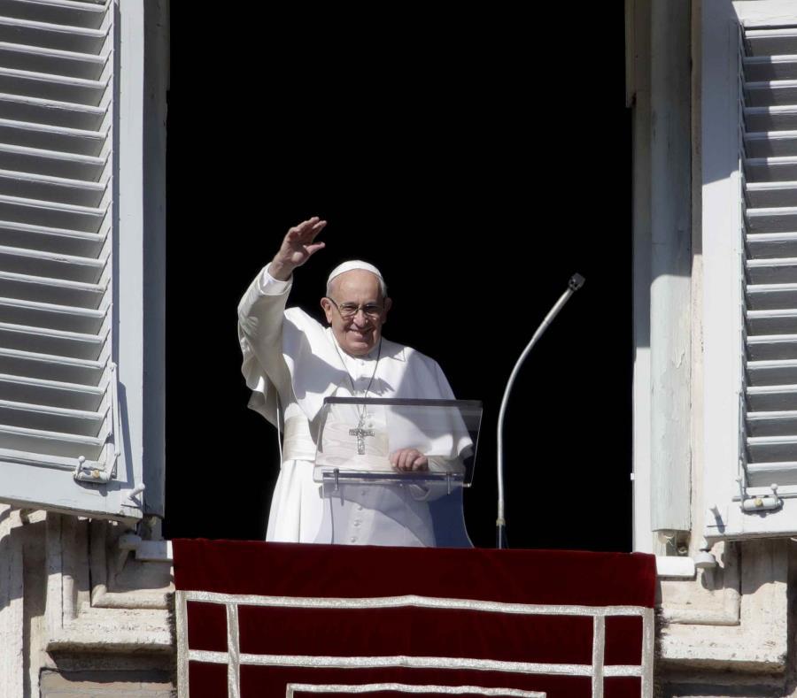 El papa Francisco saluda desde la Plaza de San Pedro. (semisquare-x3)