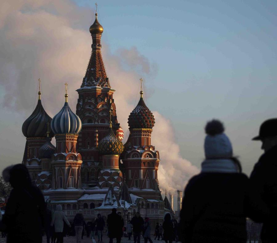 En esta imagen de archivo una vista de gente paseando por la Plaza Roja, con la catedral de San Basilio de fondo, en Moscú, Rusia (semisquare-x3)