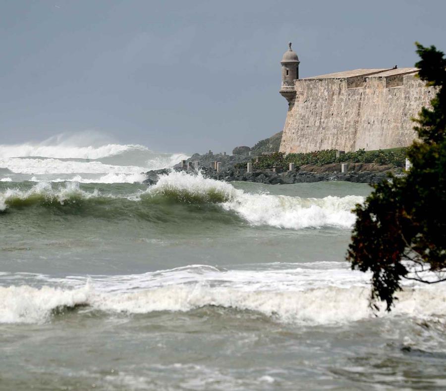 Imagen de aarchivo de marzo de 2018 donde se ven grandes olas golpeando una de las garitas del Castillo San Felipe del Morro. (GFR Media) (semisquare-x3)