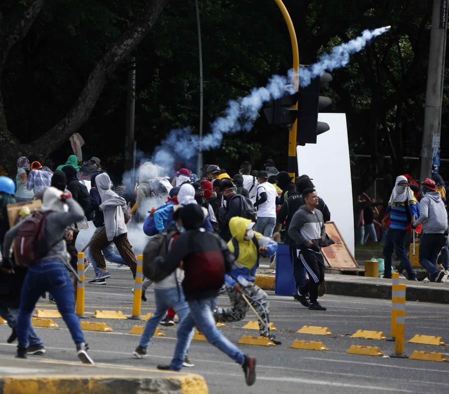 Ordenan toque de queda en Bogotá tras manifestaciones