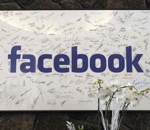 Facebook recibe críticas de exinversionistas y exempleados