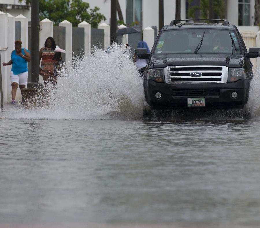 Dos mujeres caminan por una zona inundada. (GFR Media) (semisquare-x3)