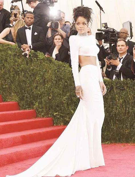 En el 2014 Rihanna asistió a la gala luciendo un vestido blanco. (vertical-x1)