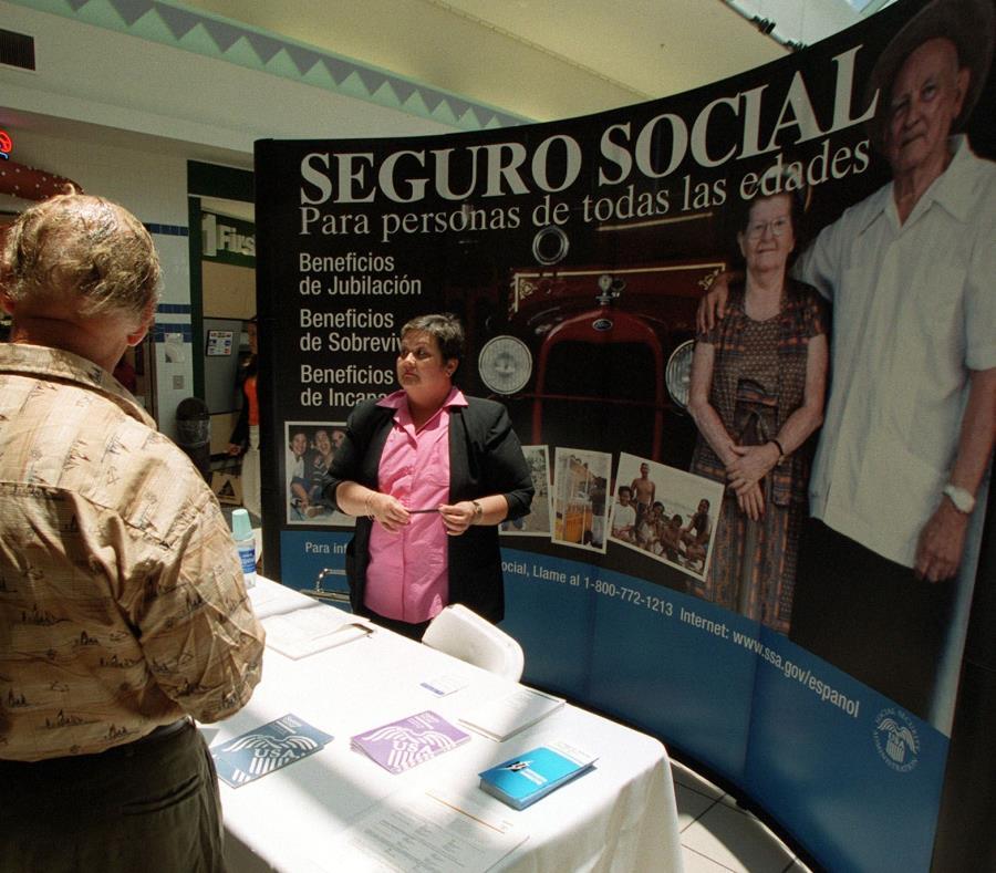 Varias personas reciben orientación del Seguro Social en una estación que se ubicó en el centro comercial Las Catalinas Mall, en Caguas. (GFR Media) (semisquare-x3)