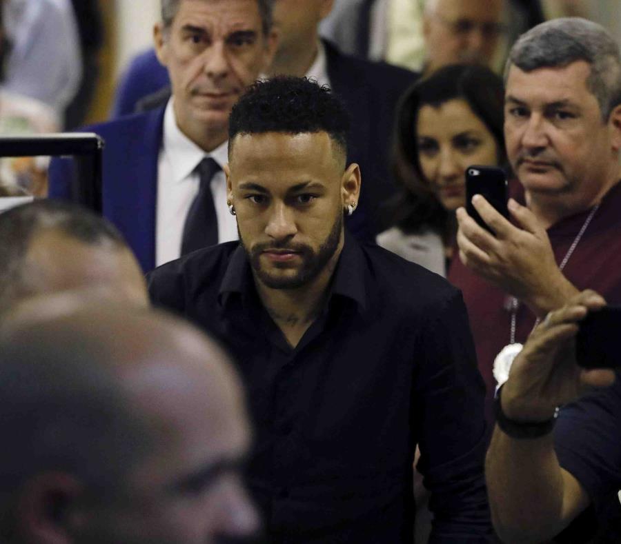 El futbolista brasileño Neymar declaró ayer ante la Policía. (AP/Leo Correa) (semisquare-x3)