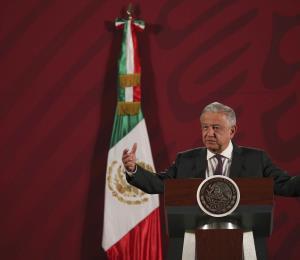 """El presidente de México rompe el distanciamiento social para saludar a la madre de """"El Chapo"""""""