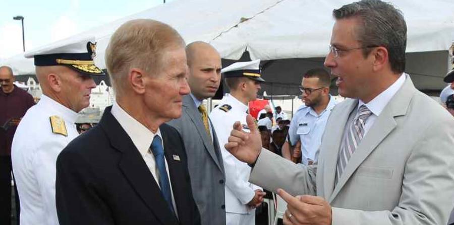 Bill Nelson junto a García Padilla durante una de las visitas a Puerto Rico en el 2015. (GFR Media) (horizontal-x3)