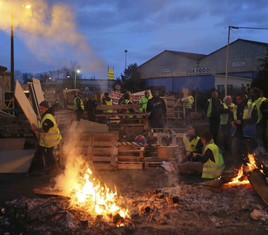 La foto de archivo del 5 de diciembre de 2018 muestra una barricada erigida por