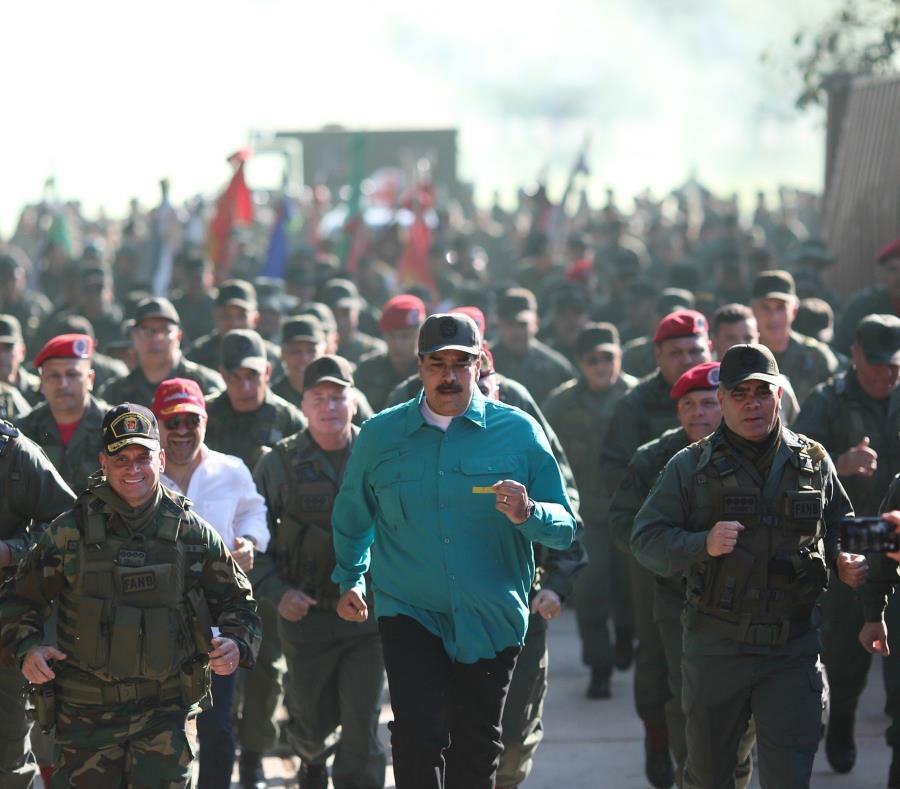 El presidente de Venezuela, Nicolás Maduro (c), junto al ministro de la Defensa, Vladimir Padrino (d), durante ejercicios militares en el fuerte Paramacay (semisquare-x3)