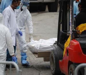 Muertos por coronavirus saturan los hospitales y las morgues en Nueva York