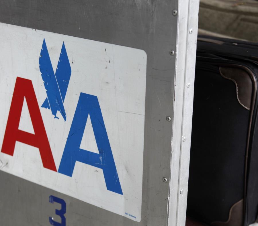 En esta fotografía del 29 de noviembre de 2011 se muestra el logotipo de American Airlines en el costado de un carro para equipaje en el Aeropuerto Internacional de LaGuardia, en Nueva York. (AP) (semisquare-x3)