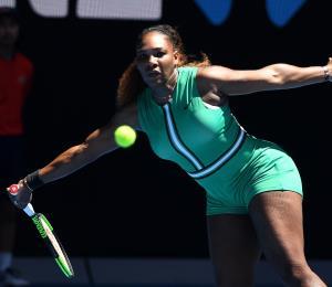 Serena Williams consuela a rival adolescente en el Abierto de Australia