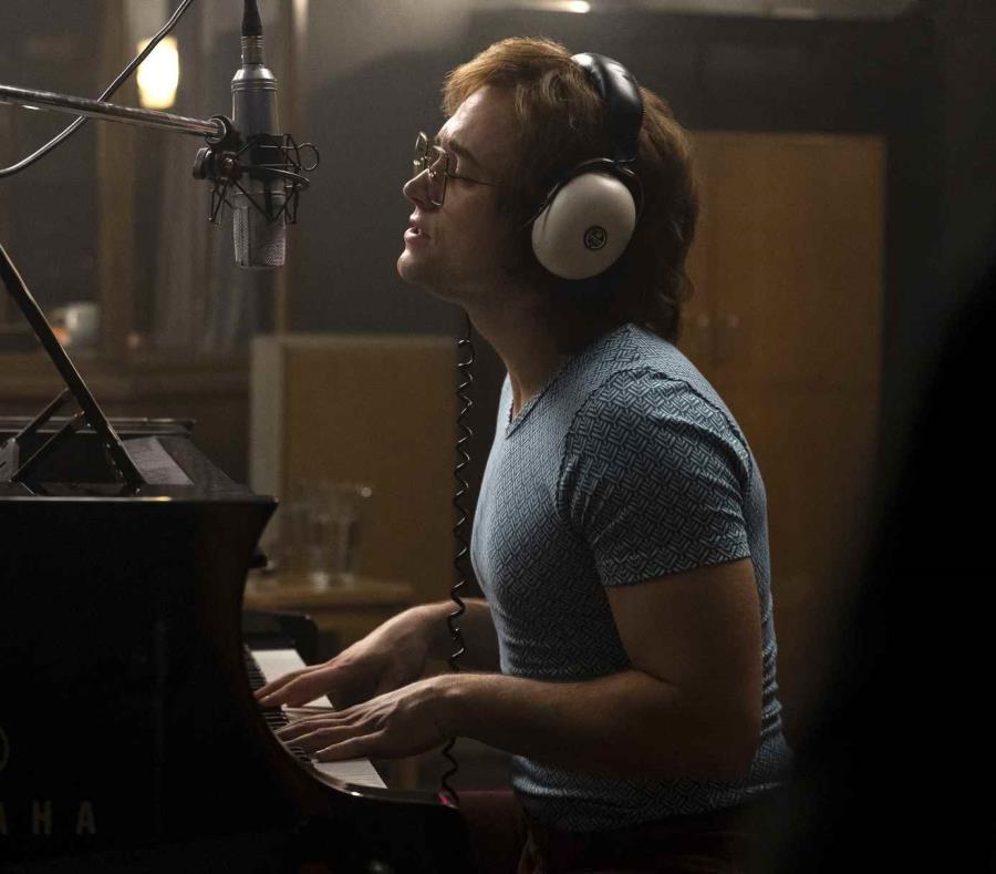 Taron Egerton como Elton John en una escena de la película biográfica