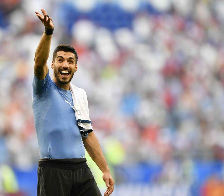 Luis Suárez celebra la victoria 3-0 de Uruguay sobre Rusia. (AP) (semisquare-x3)