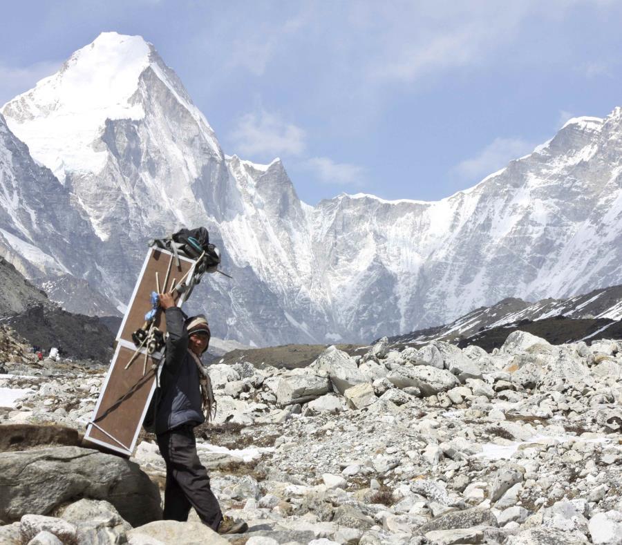 Cifra récord de alpinistas busca alcanzar cumbre de Everest (semisquare-x3)