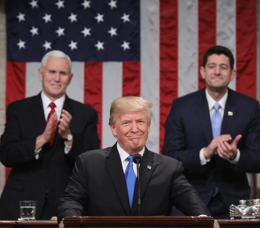 Donald Trump abrió su discurso aludiendo a los grandes eventos trágicos que marcaron el año en Estados Unidos, como los huracanes, la masacre en Las Vegas y los incendios forestales en California, entre otros. (EFE \ Win McNamee) (semisquare-x3)