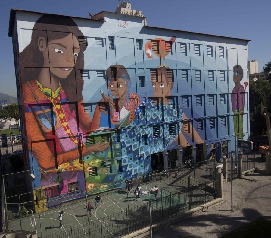 El mural, que decora una pared externa de una escuela municipal en el centro de Rio de Janeiro, podría ser el grafiti más grande jamás pintado por una mujer. (semisquare-x3)