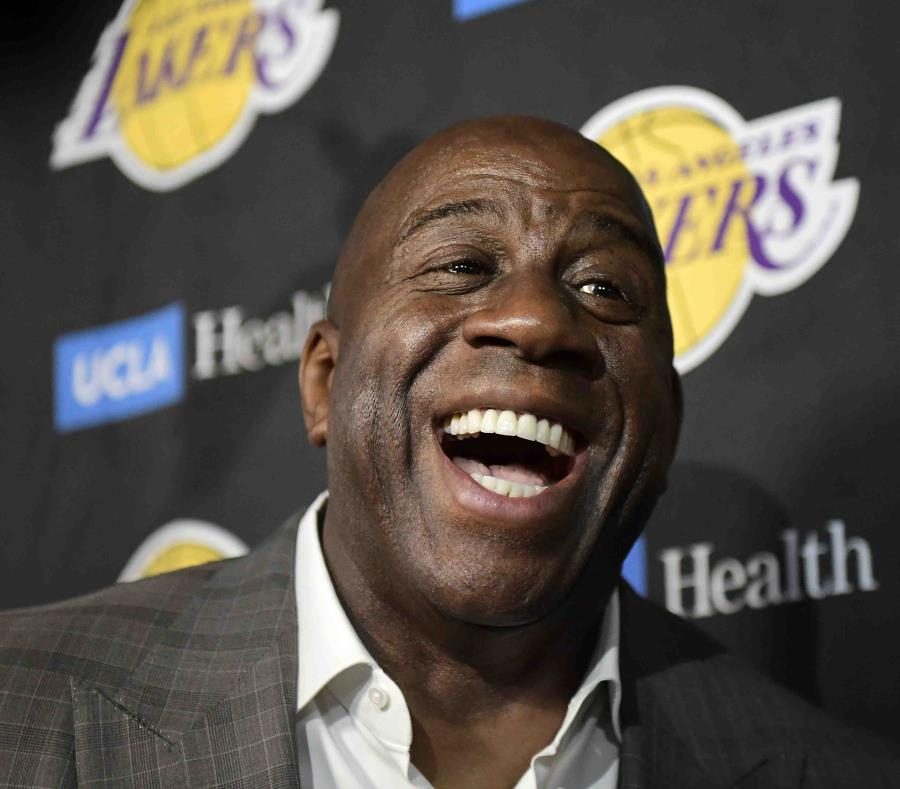 Magic Johnson renunció a la presidencia de los Lakers al finalizar la temporada. (AP) (semisquare-x3)