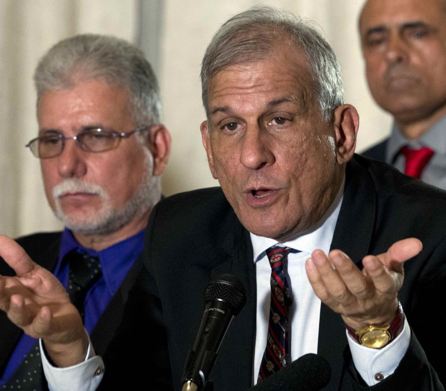 El investigador en feje de la delegación cubana, Mitchell Joseph Valdés Sosa contesta preguntas al finalizar la reunión en Washington D.C. (AP / José Luis Magana) (semisquare-x3)