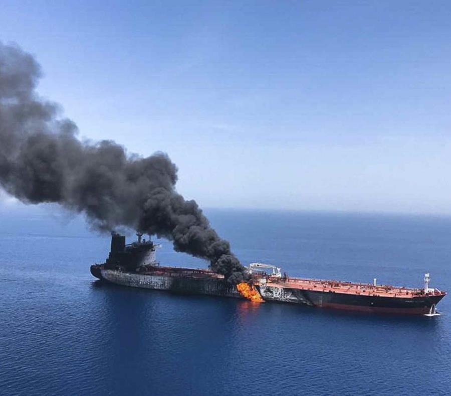 Un buque en llamas el jueves en el golfo Pérsico. (AP/ISNA) (semisquare-x3)