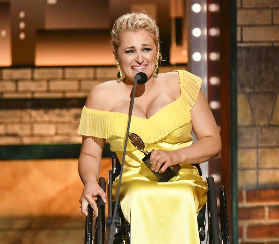 Ali Stroker recibe el premio a la mejor actriz de reparto en un musical por