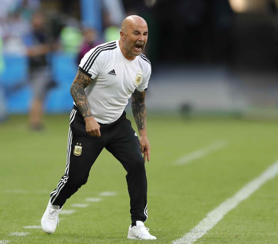 El técnico de Argentina Jorge Sampaoli grita durante el partido contra Francia en los octavos de final del Mundial en Kazán, Rusia. (AP) (semisquare-x3)