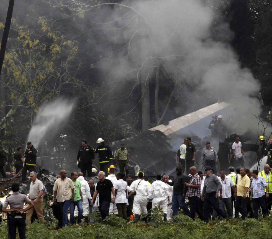 Esta fue la escena del accidente de avión en Cuba que dejó a sobre 100 personas muertas y del que este sábado se cumple un año. (AP Photo/Enrique de la Osa) (semisquare-x3)