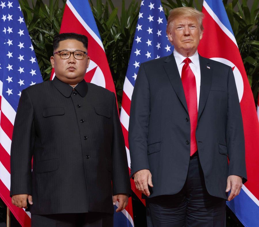 En esta fotografía de archivo del 12 de junio de 2018, el presidente estadounidense Donald Trump, derecha, se reúne con el líder norcoreano Kim Jong Un en la isla de Sentosa, en Singapur. (AP) (semisquare-x3)