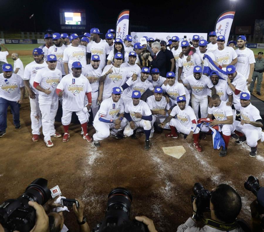 Los jugadores de Panamá reciben el trofeo de campeonato en la ceremonia del domingo. (AP) (semisquare-x3)