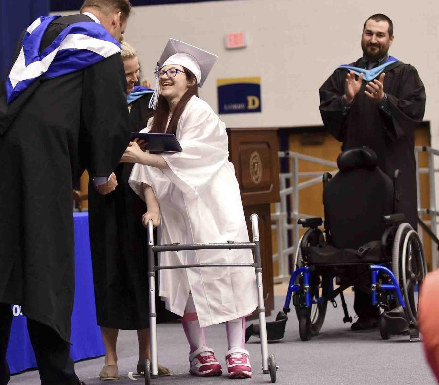 El emotivo momento en que recibe su diploma de pie. (AP) (semisquare-x3)