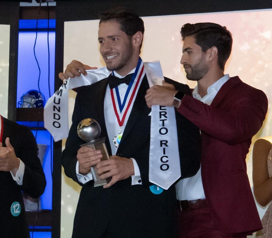 José H. Cotto Rodríguez recibe la cinta de ganador al ser elegido Mr. Mundo de Puerto Rico. (Suministrada) (semisquare-x3)